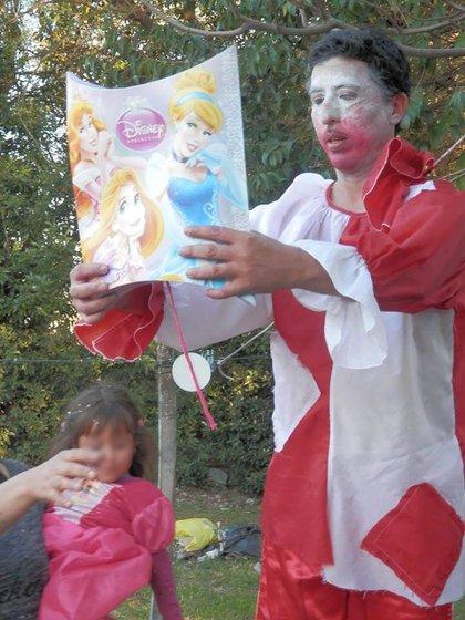 El periodista Maximiliano Montenegro cubrió el femicidio de Daiana Barrionuevo en diciembre del 2014. Y ayudó a sus hijos Brisa, Tobías y Elias. Propuso la ley y sigue festejando los cumpleaños con la familia.