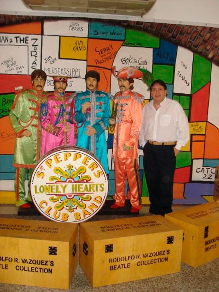 Rodolfo Renato Vázquez y algunas de sus piezas de su colección de los Beatles.