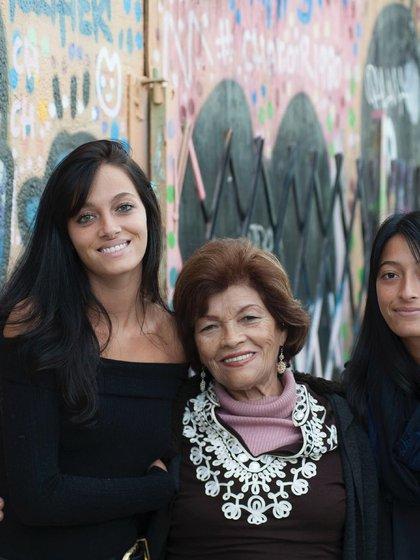 Oriana y Tiziana junto a su abuela
