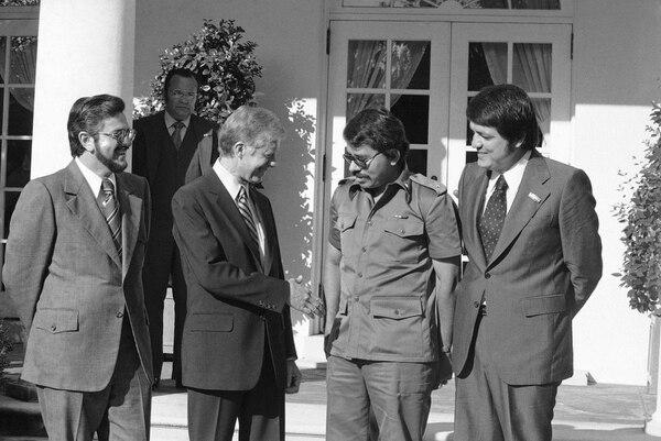 El presidente Jimmy Carter recibió a tres de los líderes de Nicaragua. De izquierda a derecha: Alfonso Robelo, Jimmy Carter, Daniel Ortega y Sergio Ramírez. (Charles Tasnadi/AP)