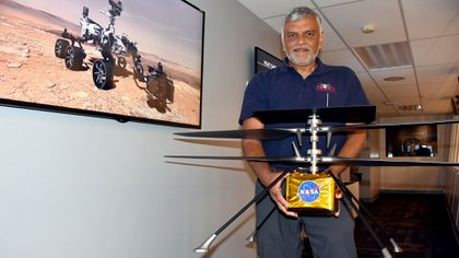 """J. """"Bob"""" Balaram, jefe de ingeniería del Helicóptero Explorador Marciano (MHS) del Laboratorio de Propulsión de la Agencia Nacional Aeroespacial estadounidense (JPL-NASA), posa el 16 de julio de 2019, en Pasadena, California (Estados Unidos). Aunque las leyes de la física dicen que es casi imposible levantar y dirigir un aparato volador en Marte, ingenieros estadounidenses han creado un helicóptero lo suficientemente ligero y rápido como para explorar el planeta rojo a vista de pájaro. EFE/ Iván Mejía"""