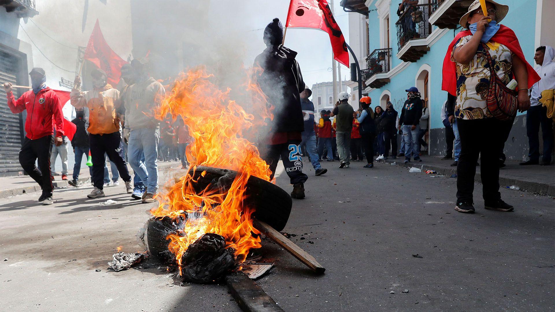 Los manifestantes cortaron calles y vías (REUTERS/Henry Romero)