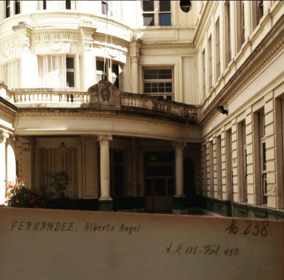 Porteño de ley, hizo la secundaria en el Colegio Nacional Mariano Moreno, del barrio de Almagro, donde también cursó sus estudios el premio Nobel de Química, Luis Federico Leloir.