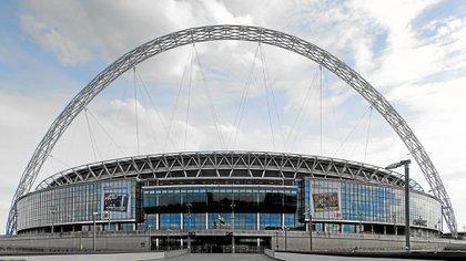 https://www.infobae.com/new-resizer/NwVwmEkPxBI7sAzBUjMITlkeqdQ=/420x236/filters:format(jpg):quality(85)/s3.amazonaws.com/arc-wordpress-client-uploads/infobae-wp/wp-content/uploads/2018/04/26160201/Pakistani-Shahid-Khan-comprara-Wembley-Stadium.jpg