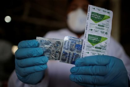 FOTO DE ARCHIVO. Un trabajador de salud sostiene píldoras de hidroxicloroquina, el fármaco usado para tratar la malaria. Brasil. Junio, 2020. REUTERS/Ueslei Marcelino