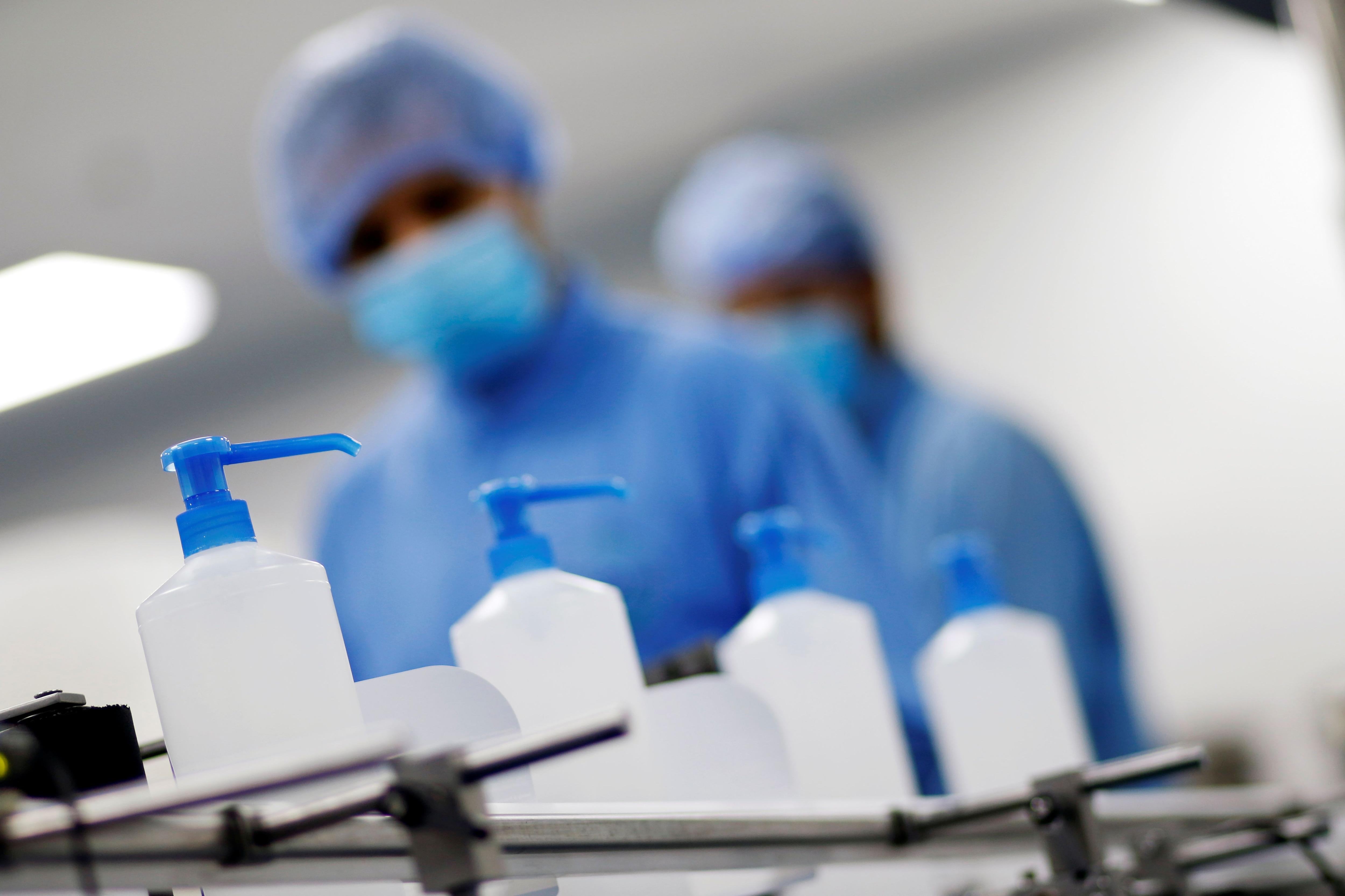 Los CDC dijeron que hay que frotar el desinfectante por toda la superficie de las manos, asegurándose de que se introduzca entre los dedos y el dorso de las manos (REUTERS)