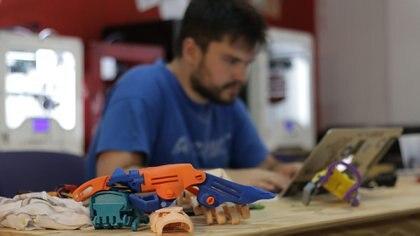 Gino Tubaro y una prótesis impresa en 3D (Lihue Althabe)