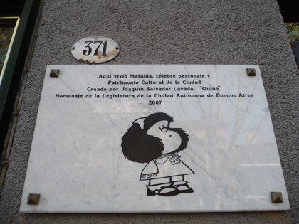 La placa del edificio de Defensa 371, donde vivió Quino