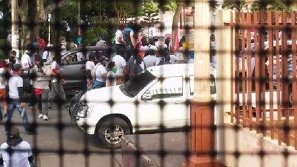 Seguidores del régimen atacaron con gases lacrimógenos contra la basílica de San Sebastián (Facebook)