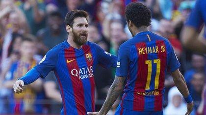 Leo Messi, capitán y máximo ídolo del FC Barcelona, quiere convencer a Neymar de que sea su heredero en el club catalán (EFE)