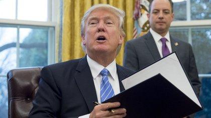 Trump firmó la orden ejecutiva para retirarse del TPP (AFP)