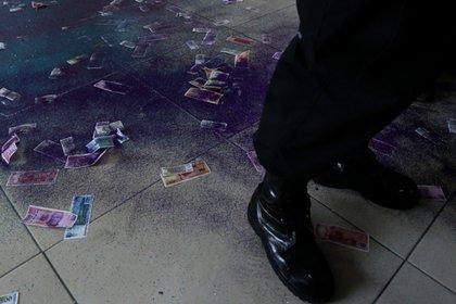 Los manifestantes lanzaron diamantina y billetes falsos a la entrada del inmueble (Foto: Cuartoscuro)