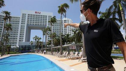 El subdirector del Hotel Riu Palace Península, Ignacio González Blanco, durante un recorrido por el complejo el 7 de junio de 2020 en Cancún Quintana Roo (México). EFE/Alonso Cupul/Archivo