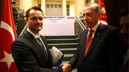 "Jacob Kingston (I) saludando al Presidente turco Erdogan en un evento sobre ""Invertir en Turquía"""