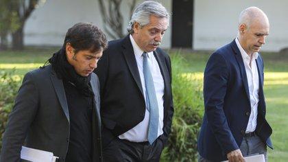 Alberto Fernández, Horacio Rodríguez Larreta y Axel Kicillof caminando por la quinta de Olivos