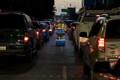 Conductores esperando a cruzar a Estados Unidos desde la garita de San Ysidro en Tijuana (Foto: Washington Post/Melina Mara)