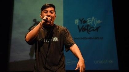El rapero Dozer improvisó algunas canciones durante el evento (Franco Fafasuli)