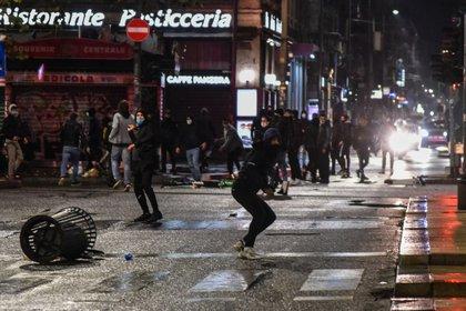 Protestas y enfrentamientos en varias ciudades de Italia contra los cierres. EFE/EPA/MATTEO CORNER