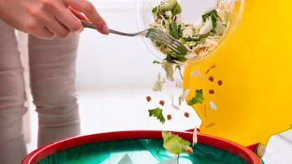 Para las ensaladas, los especialistas recomendaron servirlas sin condimentar en la mesa y cada comensal las condimente en su plato (Shutterstock)