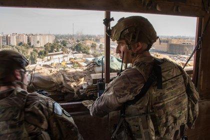 Militares estadounidenses en la Embajada de EEUU en Bagdad, Irak. COMBINED JOINT TASK FORCE - OPER / OF-5 ADRIAN WEA