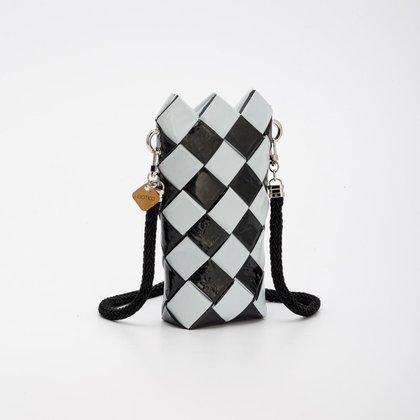 Un bolso con forma de cilindro en blanco y negro, otro de los diseños sustentables por Jessica Pullo