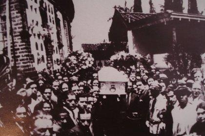 Tanto en Medellín como en su llegada a Buenos Aires, el cuerpo de Carlos Gardel fue acompañado por una multitud.