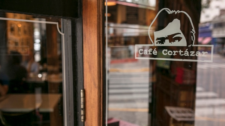 Un bar temático llamado Cortázar Café está dedicado al escritor y se encuentra en el barrio de Palermo (Foto: Ricardo Ceppi)