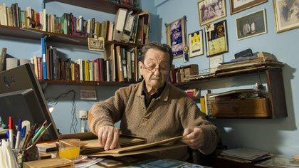 En su casa ubicada en Vicente López, Juan A. Farenga (h) guarda muchos documentos históricos (Lucas Engel)