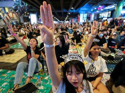 Les manifestants pro-démocratie montrent le salut à trois doigts lors d'un rassemblement en faveur de la démocratie appelant à la démission du Premier ministre thaïlandais Prayut Chan-o-cha et à des réformes de la monarchie à Bangkok, Thaïlande le 21 Novembre 2020. (REUTERS / Chalinee Thirasupa)