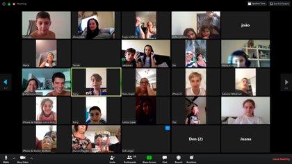 El cumpleaños por videollamada multitudinaria de Julián durante la cuarentena