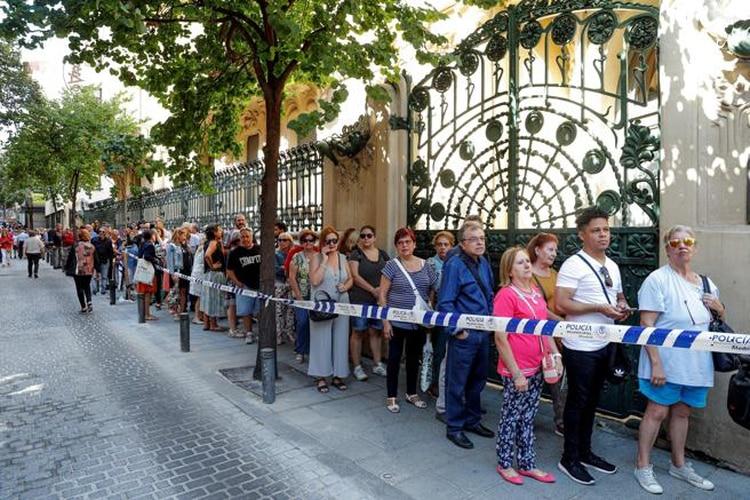 """Cientos de seguidores hacen cola en el exterior de la sede de la SGAE, en Madrid, donde se celebró la capilla ardiente. Este fue también el lugar que acogió en los años 70 la presentación de su disco """"Todo de mí"""" (Foto: Emilio Naranjo/EFE)"""