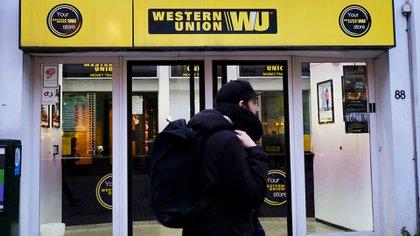 La compañía Western Union permite enviar dinero a otras cuentas dentro y fuera del país desde su app.(Shutterstock)