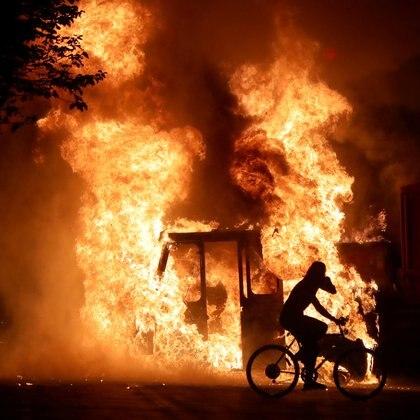 Un camión incendiado por manifestantes frente a  edificio de seguridad pública del condado de Kenosha. (Mike De Sisti/Milwaukee Journal Sentinel via USA TODAY via REUTERS)