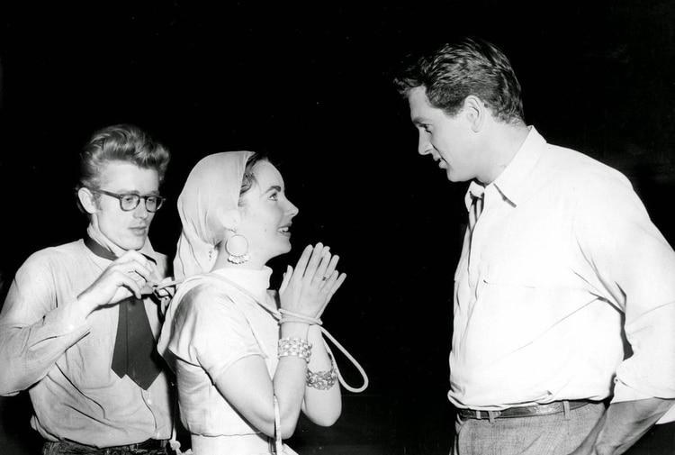 """James Dean, Elizabeth Taylor y Rock Hudson en una pausa durante el rodaje de """"Gigante"""""""