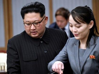 El dictador norcoreano Kim Jong-un y su heramana Kim Yo Jong durante un encuentro con el presidente surcoreano Moon Jae-en abril de 2018. Desde entonces las relaciones entre los dos países se han estancado (Korea Summit Press via Reuters/Archvio)