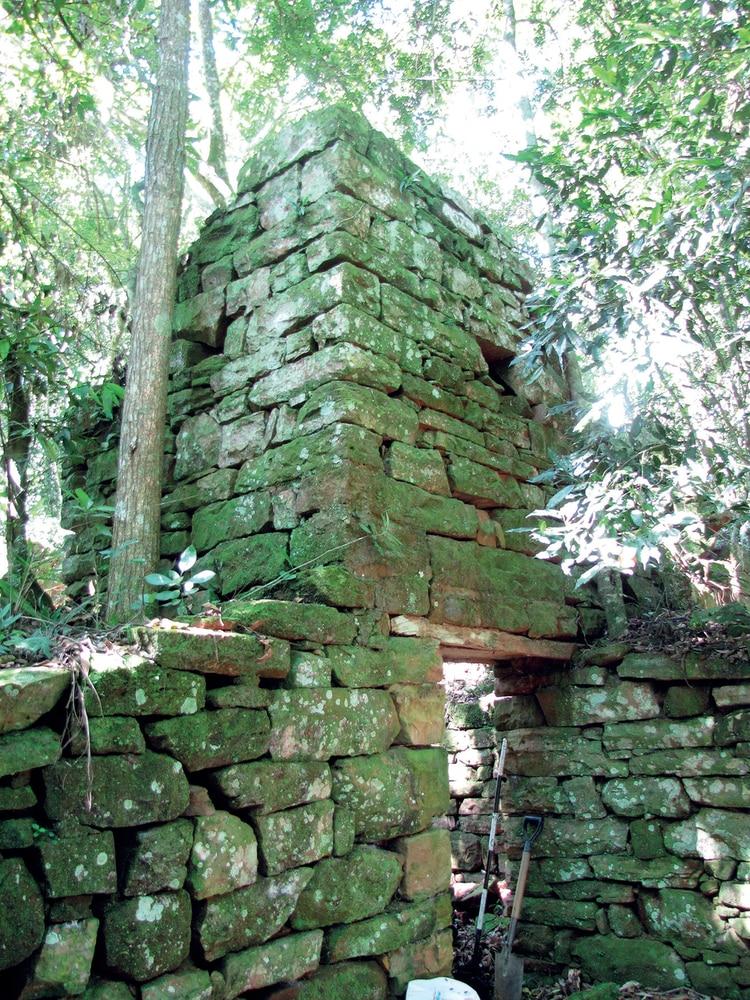 La construcción del bunker exigió el fatigoso trabajo de muchos hombres. De otro modo era imposible arrastrar desde una cantera y elevar pesados bloques de piedra, apilándolos, hasta completar toda la estructura.