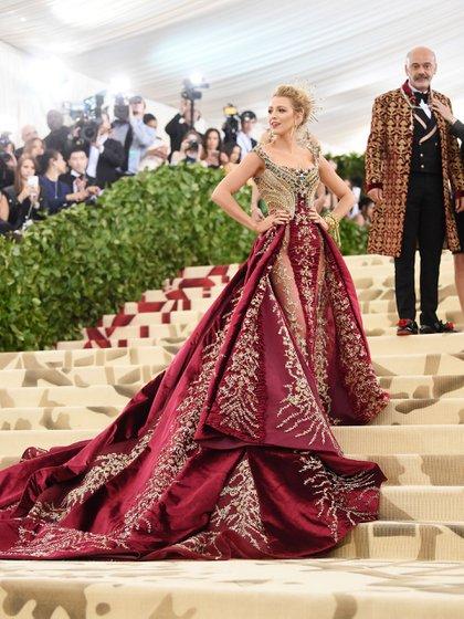 """Firmado por Versace: Blake Lively cumplió el dress code de la gala llevándose el podio de la mejor vestida de la noche. """"El diseño es ceñido, bordado con piedras, hilo y cristales sobre corsé dorado y una sobrefalda en marsala"""", explicó Laura Malpeli de Jordaan. """"Me encantaron los detalles del vestido y cumplió a la perfección el dress code; el pelo y el maquillaje, una belleza"""", agregó Lucía Martínez Nash de @thestyleoflucia"""