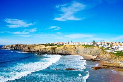 Las aldeas medievales en medio de llanuras interminables, colinas y playas escarpadas hacen del Alentejo en Portugal un lugar cada vez más popular (Shutterstock)