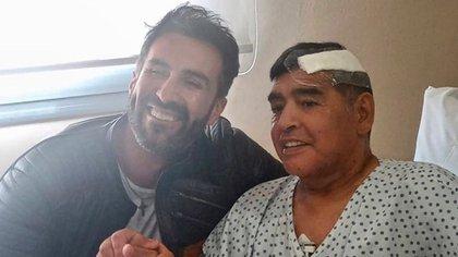 Luque y Maradona luego de la operación