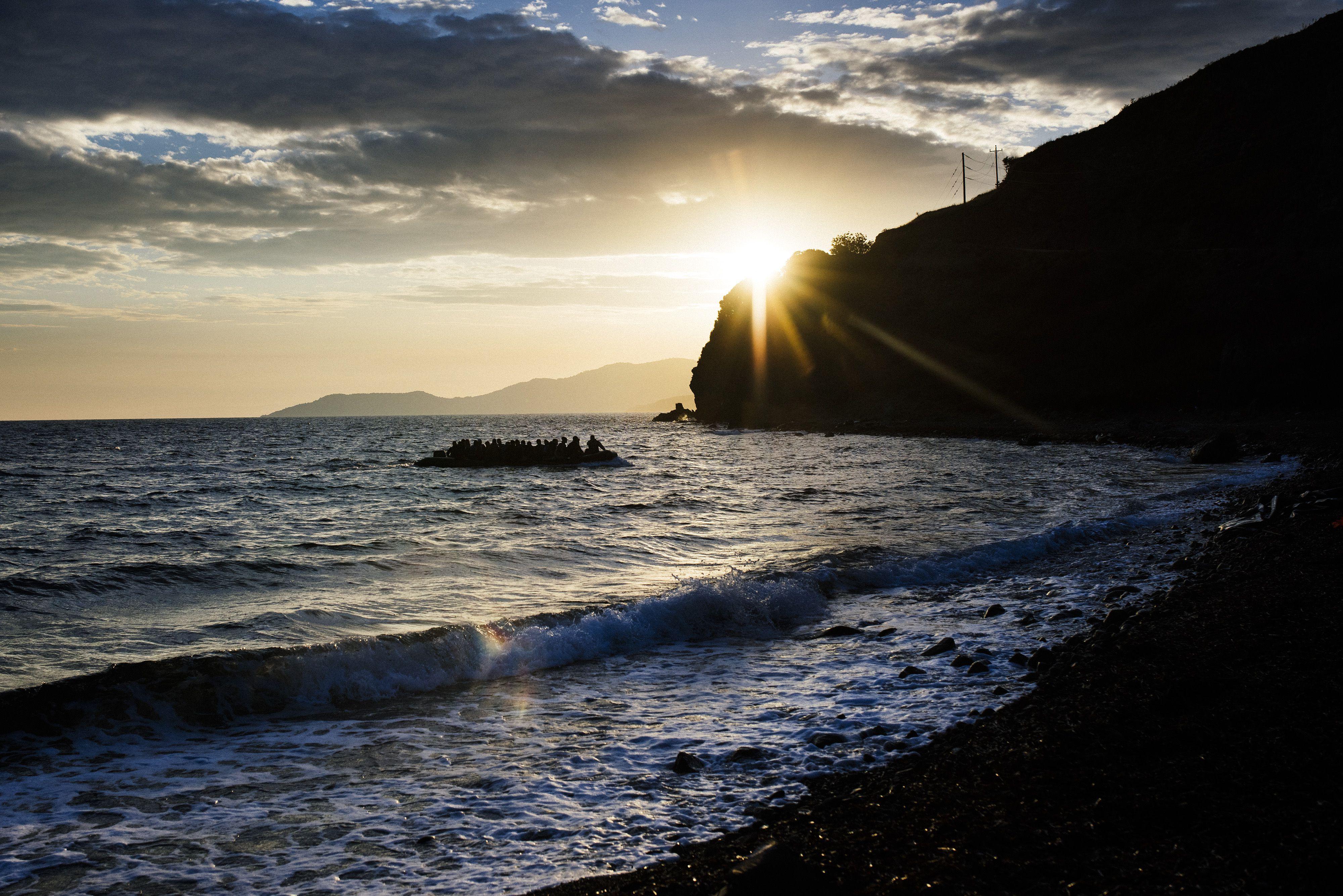 Inmigrantes llegan en barco en la isla griega de Lesbos después de cruzar el mar Egeo  AFP 162