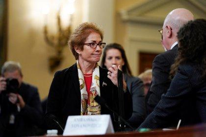 Marie Yovanovitch, ex embajadora de Estados Unidos en Ucrania, conversa con su abogado y sus partidarios después de concluir su testimonio (REUTERS/Jonathan Ernst)