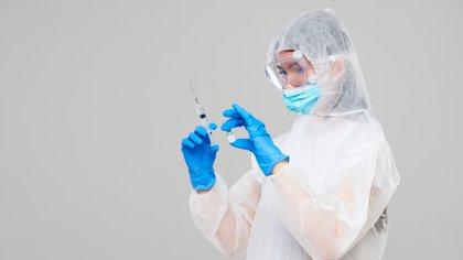 Según la OMS, 48 vacunas candidatas se encuentran en evaluación clínica, 10 de ellas en la Fase III en donde deben demostrar en una gran cantidad de personas ser eficaces y seguras frente al virus responsable del COVID-19 (Shutterstock)