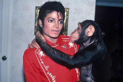 Michael Jackson y su excéntrica mascota, el chimpancé Bubbles (Foto: Especial)