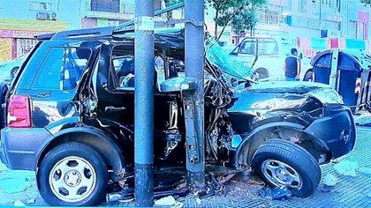 La camioneta EcoSport quedó incrustada en un poste: el conductor murió en el Hospital Álvarez