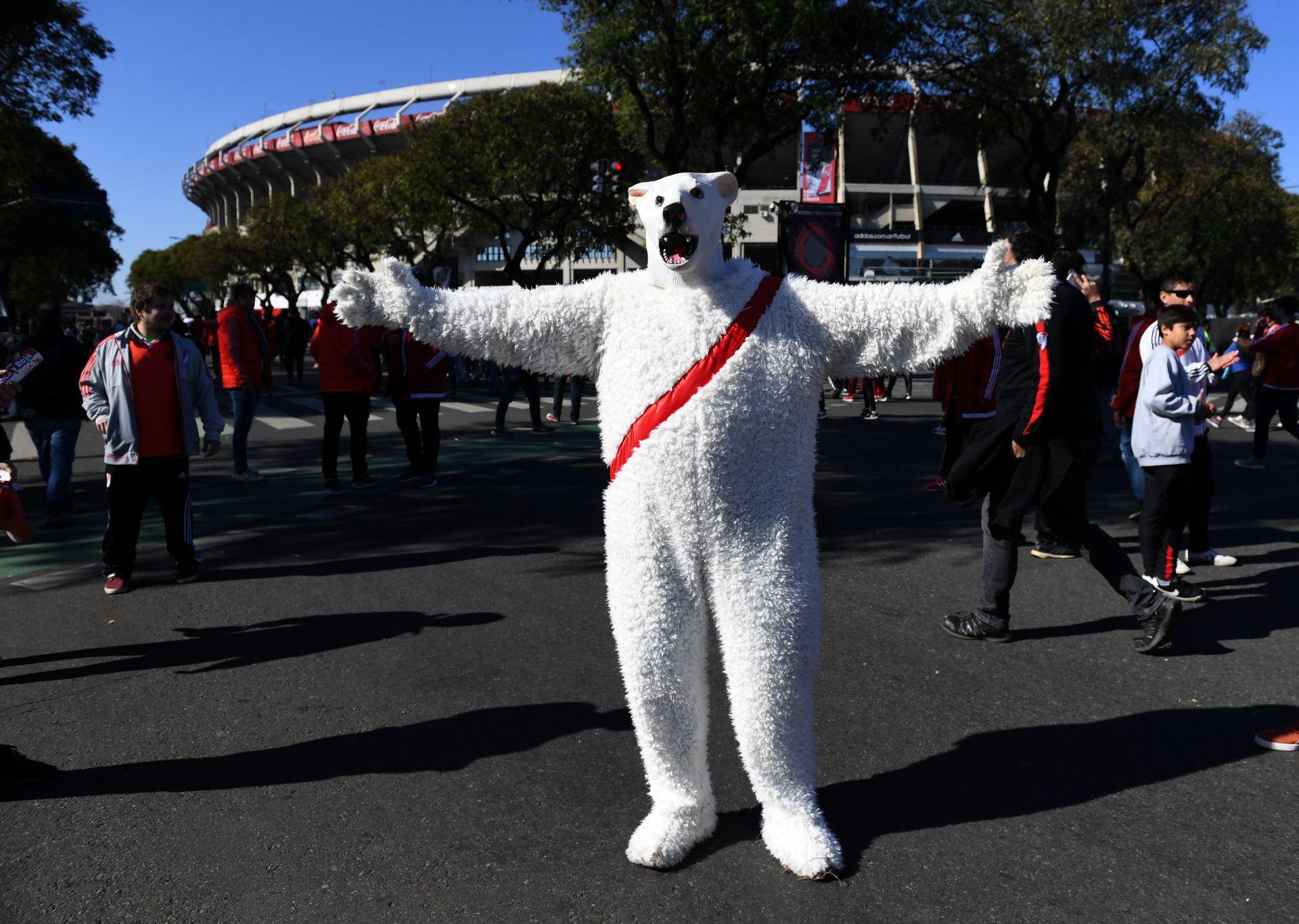 Las máscaras de oso también se hicieron presentes, en homenaje a Lucas Pratto