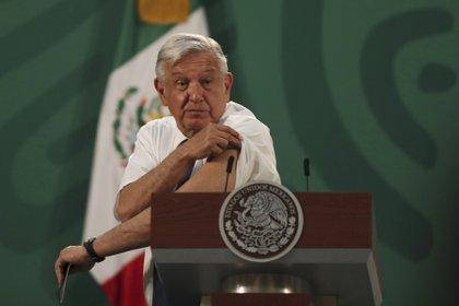 Este 19 de abril, el presidente de México, Andrés Manuel López Obrador, recibió la primera dosis de AstraZeneca (Foto: AP)