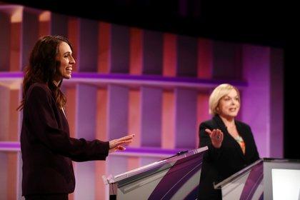 La Primera Ministra y la líder del Partido Nacional Judith Collins participan en un debate televisado en TVNZ en Auckland, Nueva Zelanda, el 22 de septiembre de 2020 (Fiona Goodall/Pool vía REUTERS)