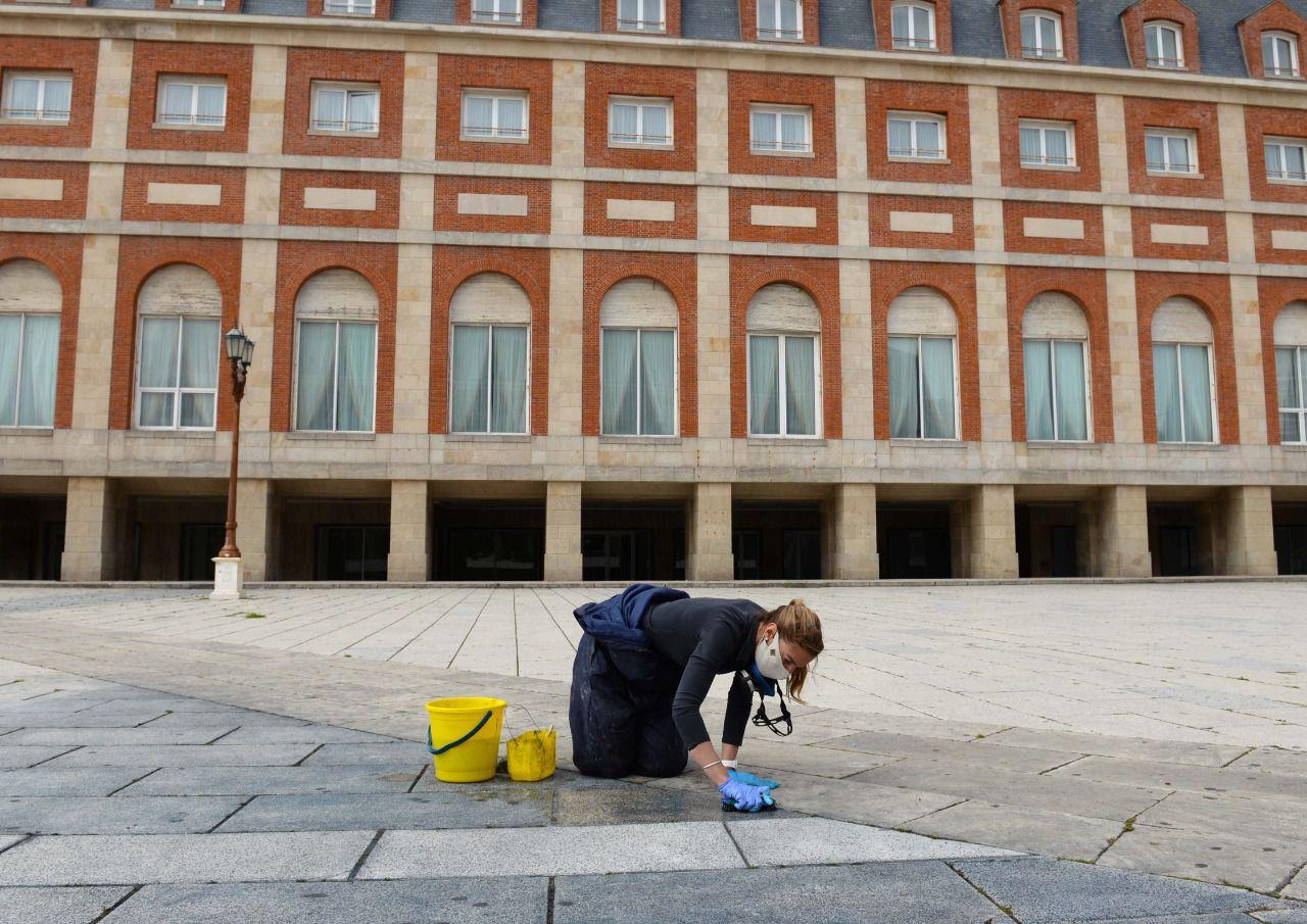 Limpieza de La Rambla en Mar del Plata pintura Nestor Kirchner