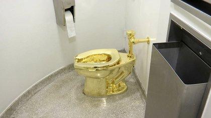 """El inodoro de 18 quilates, titulado """"América"""", de Maurizio Cattelan en el baño del Museo Solomon R. Guggenheim en Nueva York (Foto AP)"""