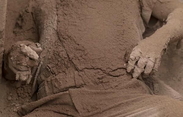 El cuerpo de una víctima, cubierto de ceniza volcánica (AP)
